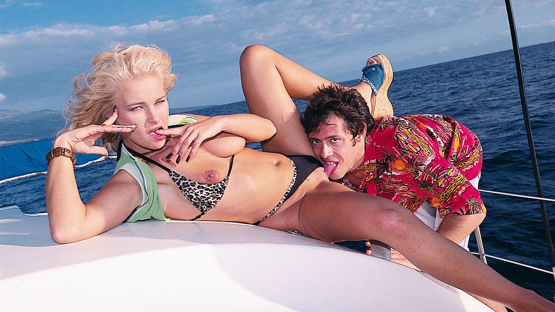 Blonde Maria gaat op date op een boot waar ze een geile blowjob geeft en een facial krijgt
