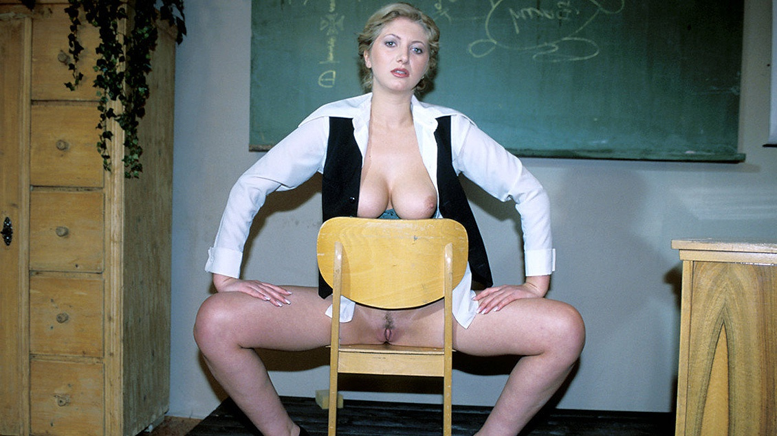 Cathy met de dikke tieten wordt genomen voor het schoolbord