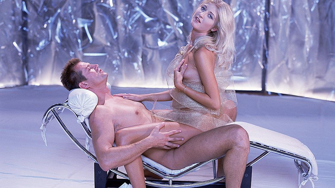 In der Klinik stellt die geile Chiara Ihrem Freund Ihre engen Löcher zur Verfügung