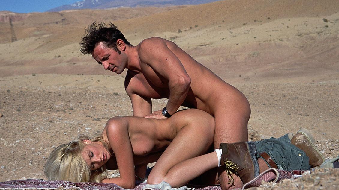 Blondine Clauda Ricci heeft zin in sex en neukt hem midden in de Australische outback