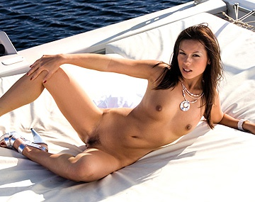 Private  porn video: Vanessa May profite d'une balade en yacht pour se taper deux bites