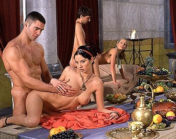Private  porn video: En la bacanal romana, Dike, Lara Stevens y Pocahontas demuestran que el anal las pone marranas