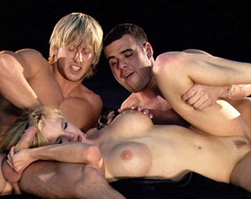 Private HD porn video: Tarra White s'occupe de deux queues en même temps dans...