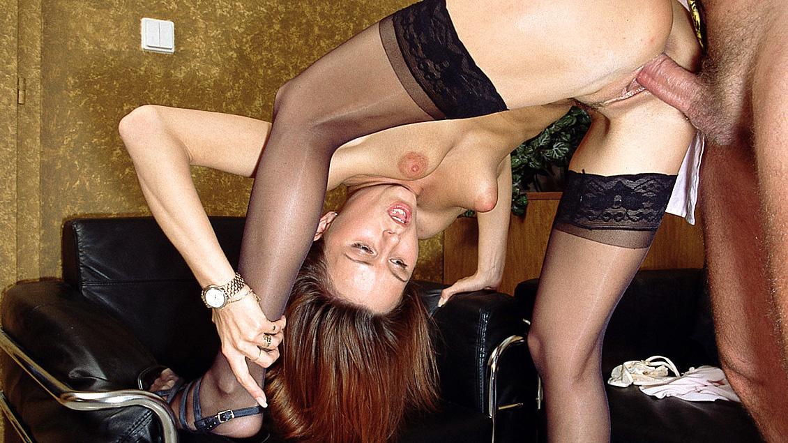 Der rothaarigen Janet ist es bei der Arbeit langweilig und sie fickt einen Kunden