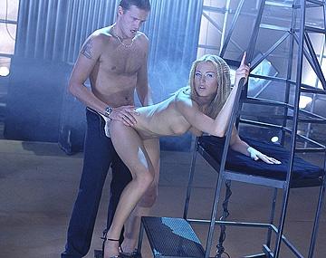 Private  porn video: Futuristische blondine Lynn Stone wil een harde lul in haar natte kutje een spetterende facial