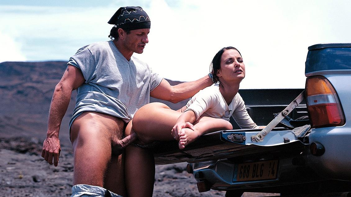 Bij de krater van een werkende vulkaan laat Jade haar kontje neuken
