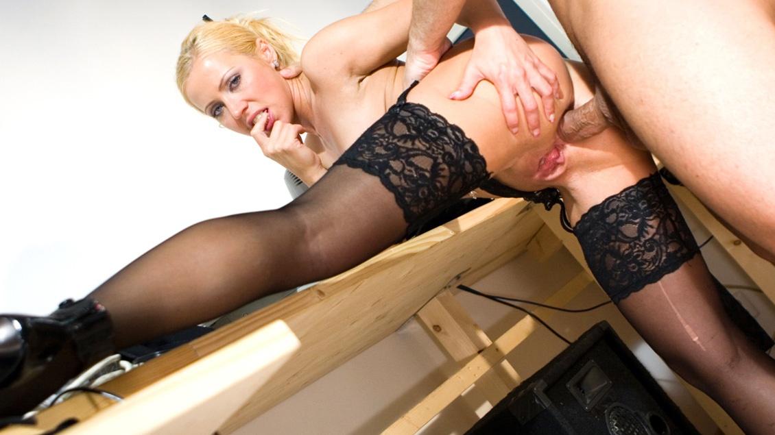 Vera wird im Büro von ihrem Mitarbeiter knallhart in die engen Löcher gefickt