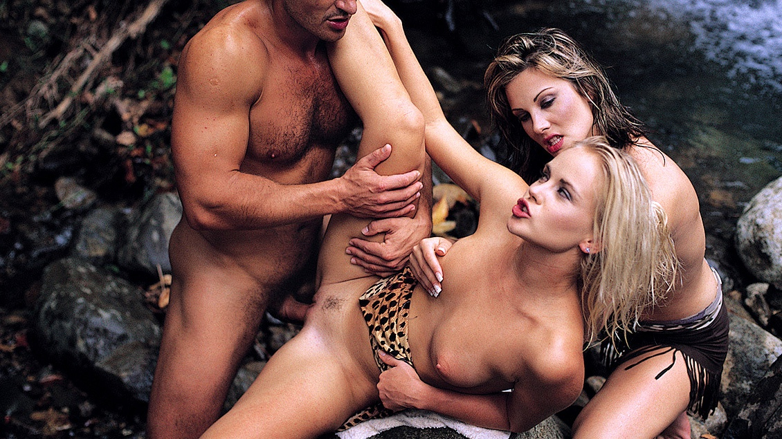 Jessica May et Sandy Style dans un trio bi en plein air
