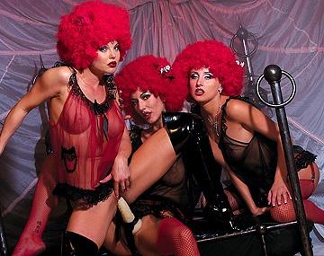 Private  porn video: De bisexuele Silvia Saint, Sorricca en Zora Banx beffen poesjes en worden geneukt