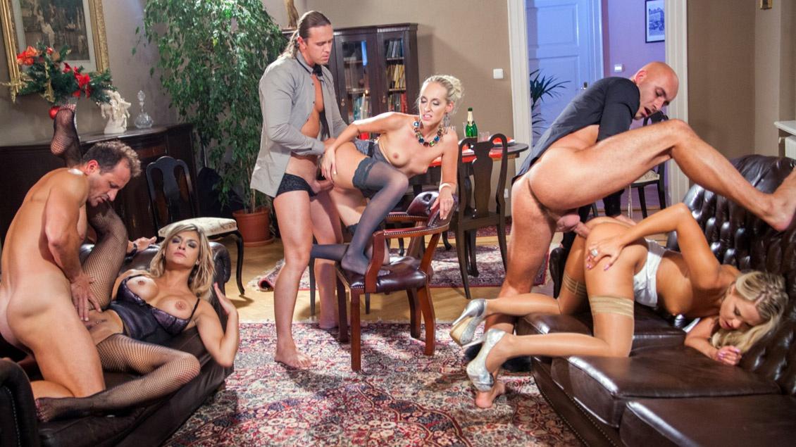 Barra und ihre geilen Freundinnen lassen sich beim Gruppensex geil durchficken