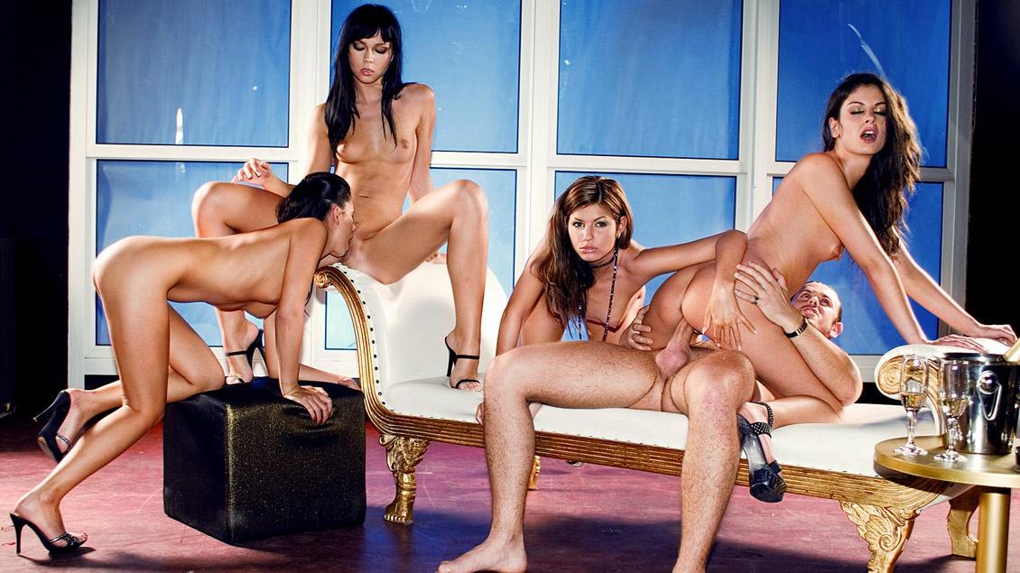 Lucky, Lucy Lee, Suzie Diamond y Vanessa May en una discoteca se lo montan con el chico de la coleta
