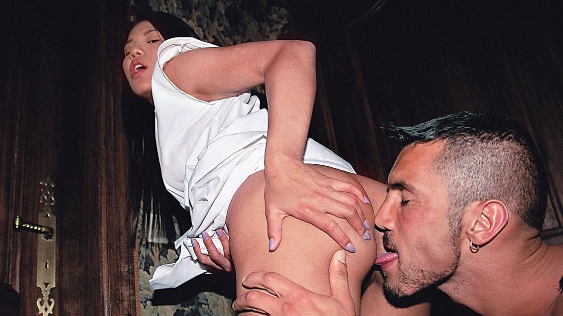 Die süße Asiatin Shan wird von einem Fremden knallhart durchgefickt