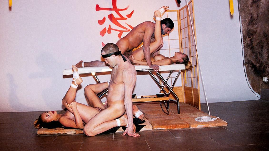 Celia en Yessy gebruiken dildo's in een hardcore BDSM scène
