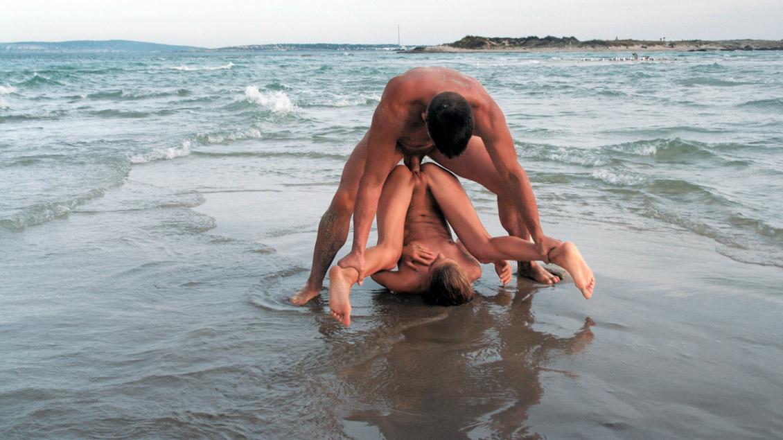 Cayenne Klein bekommt am Strand ihre enge Muschi durchgefickt