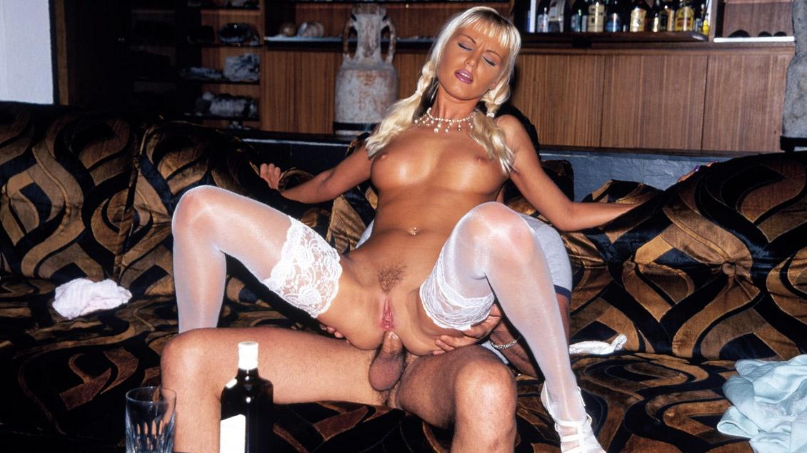 Magdalena pijpt haar man voor een facial