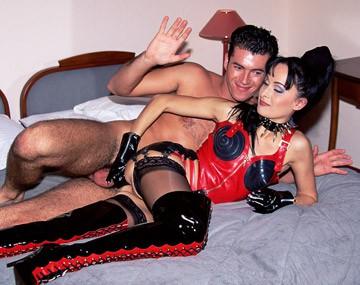 Private  porn video: Domina Agness Grimaldi beveelt hem haar hard in kut en kont te neuken voor haar facial