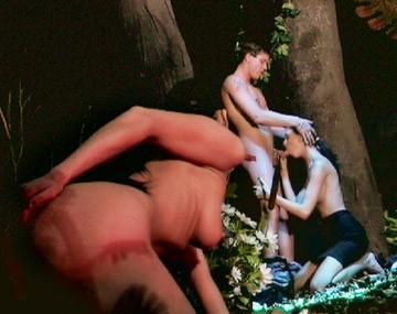 Private  porn video: Brünette besorgt es sich selbst während sie Pärchen beim Sex im Wald beobachtet