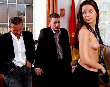 Private  porn video: La brune Claudia Rossi dans une scène à trois au bureau avec fellation et éjac faciale