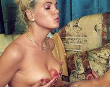 Private  porn video: Pour obtenir un job, deux blondes aux gros seins se tapent deux hommes plus vieux