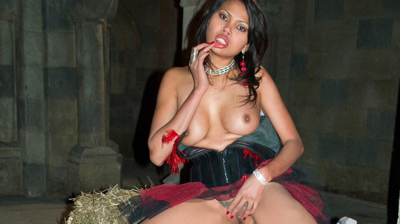 Sai Tai Tiger, sexy y oriental traga en profundad antes de que la encule un rabo de verdad