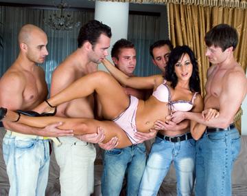 Private  porn video: Simonne Style abre todos sus agujeros para este este gang bang