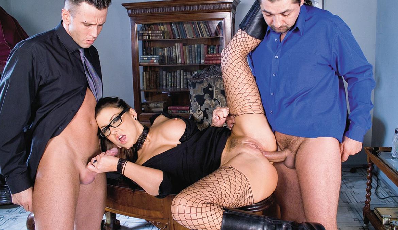 Maria Bellucci, la jefa con sus dos agentes encaja un DP de lo más indecente