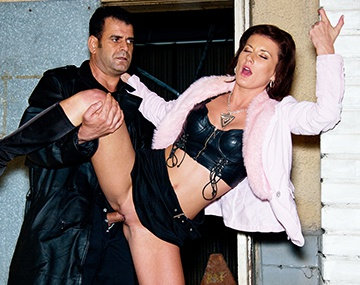 Private  porn video: Olivia wird draussen an der Mauer auf der Lauer durchgebumst