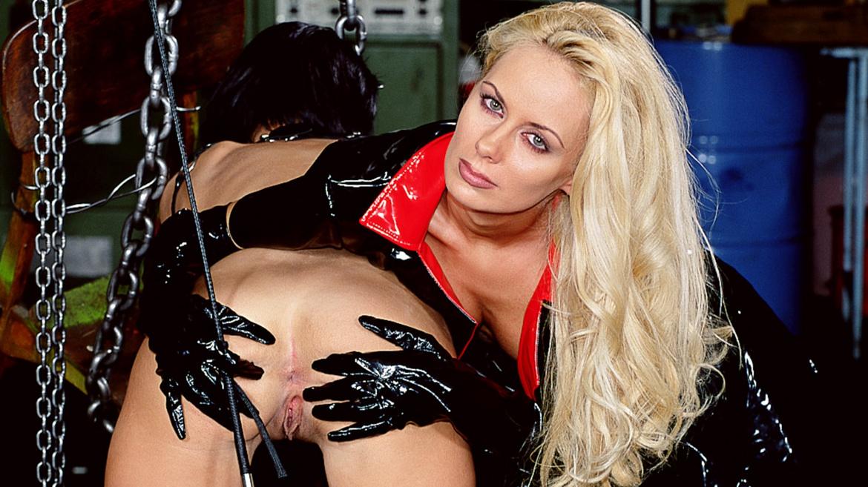 El esclavo a las órdenes de su ama revienta el ojal a dos perritas sumisas