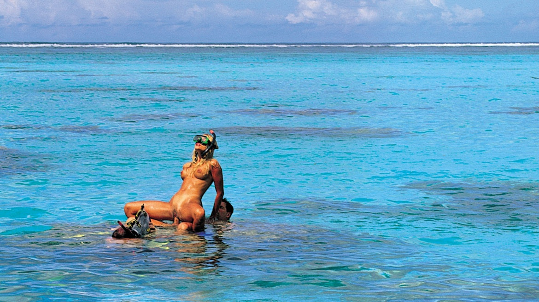 Katja Kean, rubia y de cuerpo perfecto en Bora Bora, en el mar le petó el ojal una taladradora