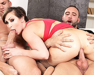 Private HD porn video: La MILF Yasmin Scott nos brinda su primer anal en un trío
