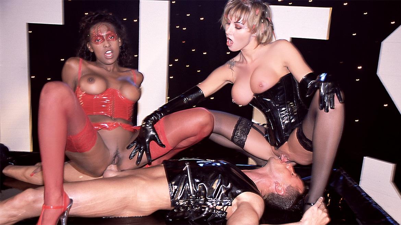 Trio fétichiste très humide avec anal pour Sandra Iron et la métisse Bettina