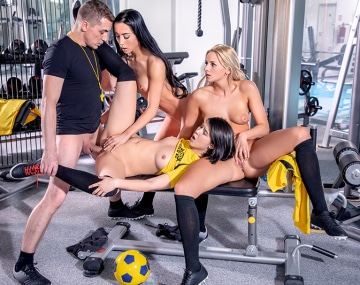 Private HD porn video: Lady Dee, Anna Rose et Katy Sky, un trio de bombes pour un entraîneur